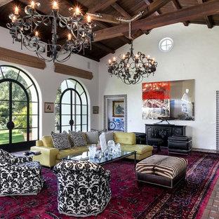 Großes, Abgetrenntes Mediterranes Wohnzimmer mit Backsteinboden und weißer Wandfarbe in Santa Barbara