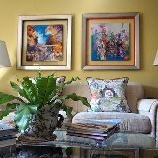 カンザスシティの中サイズのトランジショナルスタイルのおしゃれなLDK (黄色い壁、無垢フローリング、標準型暖炉、木材の暖炉まわり、テレビなし) の写真