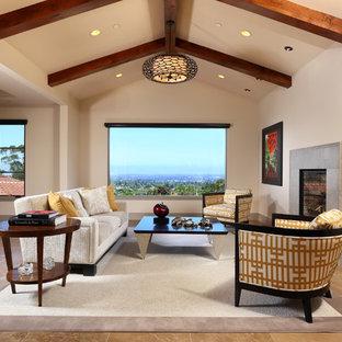 Ispirazione per un ampio soggiorno contemporaneo aperto con pareti beige, pavimento in travertino, camino classico e cornice del camino in pietra
