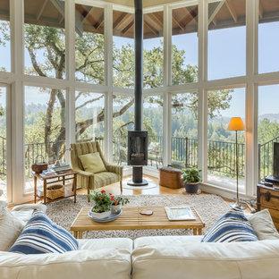 Ejemplo de salón clásico con suelo de madera en tonos medios, estufa de leña y televisor independiente
