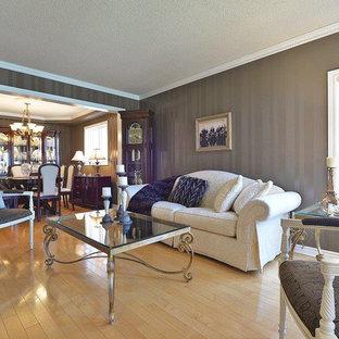 トロントの中サイズのトラディショナルスタイルのおしゃれな独立型リビング (フォーマル、茶色い壁、無垢フローリング、暖炉なし、テレビなし、ベージュの床) の写真