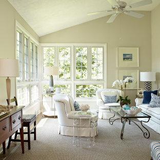 Idee per un soggiorno tradizionale di medie dimensioni e aperto con sala formale, pareti beige, parquet scuro, camino ad angolo e cornice del camino in mattoni
