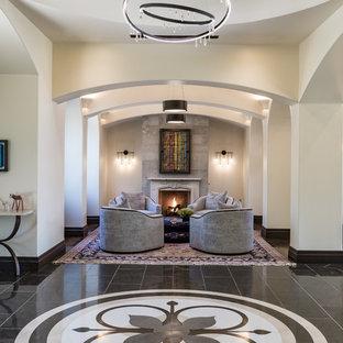 Ispirazione per un grande soggiorno contemporaneo aperto con sala formale, pareti beige, pavimento in pietra calcarea, camino classico, cornice del camino in pietra e pavimento nero