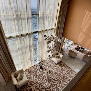 Modelo de salón para visitas abierto, contemporáneo, extra grande, con parades naranjas y suelo de mármol
