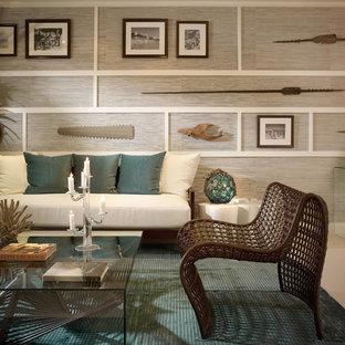マイアミのトロピカルスタイルのおしゃれなリビング (グレーの壁) の写真