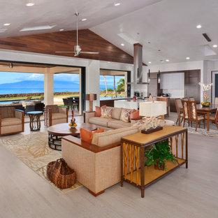 ハワイの広いトロピカルスタイルのおしゃれなLDK (磁器タイルの床、白い壁、据え置き型テレビ、暖炉なし、ベージュの床) の写真