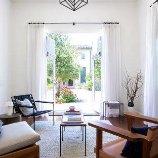 Imagen de salón para visitas cerrado, vintage, de tamaño medio, con paredes blancas, suelo marrón y suelo de madera oscura