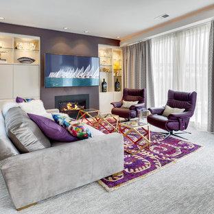 オレンジカウンティの中サイズのトランジショナルスタイルのおしゃれな独立型リビング (フォーマル、紫の壁、カーペット敷き、標準型暖炉、金属の暖炉まわり、壁掛け型テレビ、グレーの床) の写真