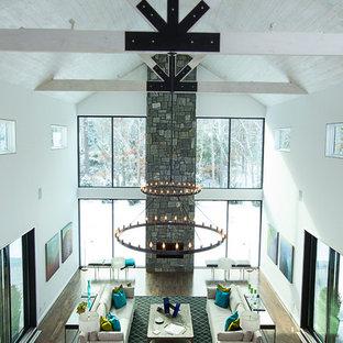 Idee per un ampio soggiorno country aperto con pareti bianche, parquet scuro, camino lineare Ribbon e cornice del camino in pietra