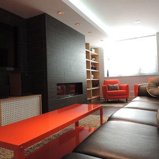 シカゴの中サイズのミッドセンチュリースタイルのおしゃれなリビング (グレーの壁、横長型暖炉、タイルの暖炉まわり、壁掛け型テレビ、セラミックタイルの床) の写真