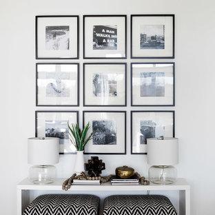 Modelo de salón abierto, moderno, grande, con paredes blancas y suelo de madera clara