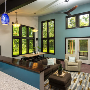 Immagine di un ampio soggiorno moderno aperto con pareti blu, moquette e stufa a legna