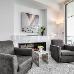 Foto de salón abierto y casetón, moderno, pequeño, con paredes blancas, suelo de madera en tonos medios, chimeneas suspendidas, marco de chimenea de piedra y suelo gris
