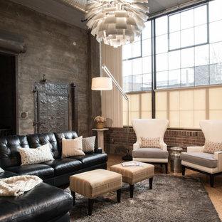 Esempio di un soggiorno industriale aperto con sala formale, pareti grigie, pavimento in compensato e TV a parete