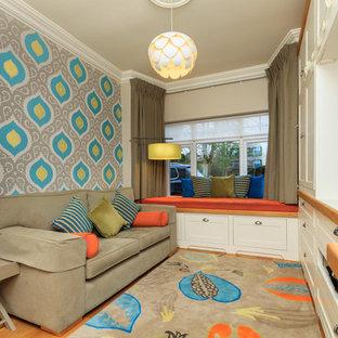 ダブリンのトランジショナルスタイルのおしゃれな独立型リビング (マルチカラーの壁、無垢フローリング、暖炉なし、埋込式メディアウォール) の写真