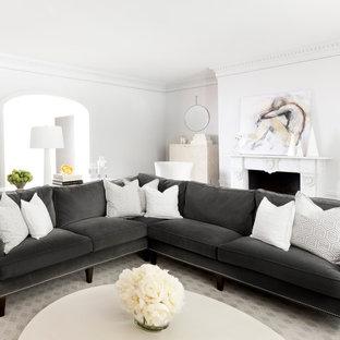 Modelo de salón para visitas cerrado, tradicional renovado, grande, con paredes blancas, chimenea tradicional y marco de chimenea de piedra