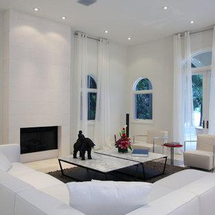 Пример оригинального дизайна: гостиная комната в современном стиле с белыми стенами, стандартным камином и мраморным полом