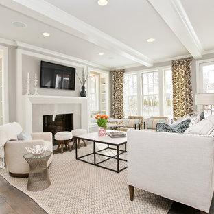 На фото: гостиная комната в стиле современная классика с стандартным камином и телевизором на стене с