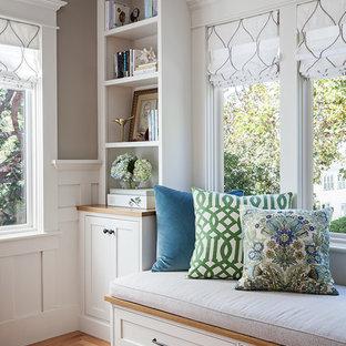 Aménagement d'un salon craftsman de taille moyenne et fermé avec une salle de réception, un mur beige, un sol en bois brun, une cheminée standard, un manteau de cheminée en carrelage, aucun téléviseur et un sol vert.