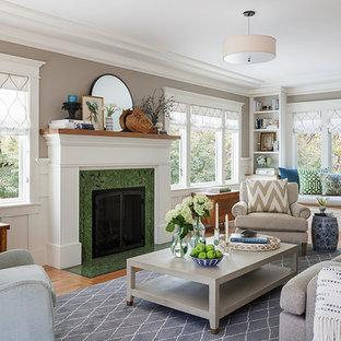 Foto på ett mellanstort amerikanskt separat vardagsrum, med ett finrum, beige väggar, mellanmörkt trägolv, en standard öppen spis, en spiselkrans i trä och grönt golv