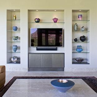 Immagine di un grande soggiorno minimalista aperto con pareti beige, pavimento in travertino, nessun camino e parete attrezzata