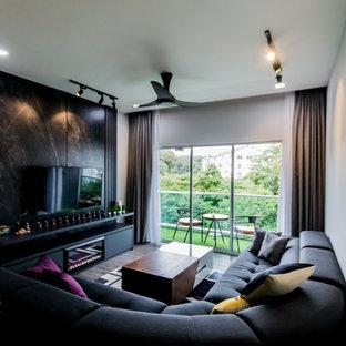 Immagine di un piccolo soggiorno minimal chiuso con sala formale, pareti grigie, pavimento in laminato, nessun camino, parete attrezzata e pavimento marrone