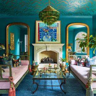 Klassisches Wohnzimmer mit blauer Wandfarbe, braunem Holzboden, Kamin, Kaminumrandung aus Stein, braunem Boden und Tapetendecke in Chicago