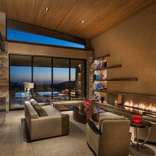 Imagen de salón abierto, actual, grande, con paredes beige, suelo de piedra caliza y chimenea lineal