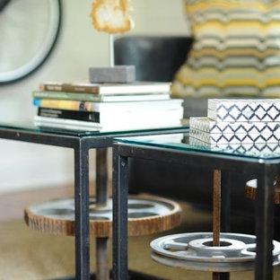 アトランタの小さいエクレクティックスタイルのおしゃれな独立型リビング (フォーマル、ベージュの壁、無垢フローリング、標準型暖炉、木材の暖炉まわり、テレビなし、茶色い床) の写真