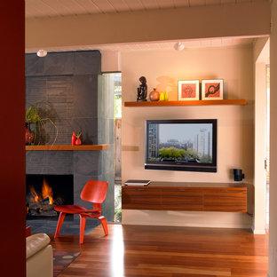 Idéer för eklektiska vardagsrum, med beige väggar och en väggmonterad TV