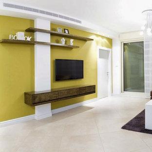 Immagine di un piccolo soggiorno minimalista chiuso con pareti gialle, pavimento con piastrelle in ceramica, nessun camino e TV a parete