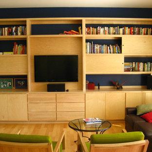 Immagine di un grande soggiorno minimalista aperto con libreria, pareti blu, parquet chiaro e parete attrezzata