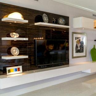 Réalisation d'un grand salon minimaliste ouvert avec un mur blanc, un sol en marbre, aucune cheminée, un téléviseur encastré et un sol beige.