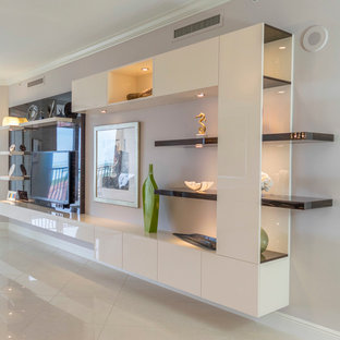 Ejemplo de salón abierto, minimalista, grande, sin chimenea, con paredes blancas, suelo de mármol, pared multimedia y suelo beige