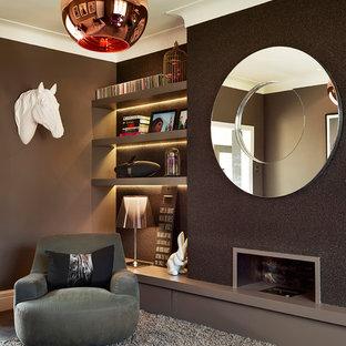 Foto de salón para visitas cerrado, actual, pequeño, con paredes marrones, moqueta, chimenea lineal y marco de chimenea de metal