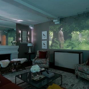 Idee per un grande soggiorno minimal chiuso con pareti grigie, parquet scuro, camino classico, cornice del camino in intonaco e TV nascosta