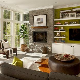Foto de salón de estilo de casa de campo con paredes verdes, marco de chimenea de piedra y televisor colgado en la pared
