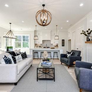 Idéer för mellanstora lantliga allrum med öppen planlösning, med grå väggar, ljust trägolv, en standard öppen spis, en spiselkrans i trä och beiget golv