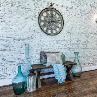 ヒューストンの中サイズのカントリー風おしゃれなLDK (フォーマル、マルチカラーの壁、無垢フローリング、壁掛け型テレビ、茶色い床) の写真
