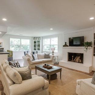 Country Wohnzimmer mit weißer Wandfarbe, Kamin, Kaminumrandung aus Backstein und Wand-TV in Dallas