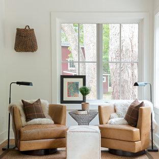 Imagen de salón campestre, sin chimenea y televisor, con paredes blancas y suelo de madera en tonos medios