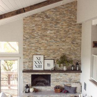 Foto på ett stort lantligt allrum med öppen planlösning, med grå väggar, ljust trägolv, en standard öppen spis, en spiselkrans i sten och grått golv