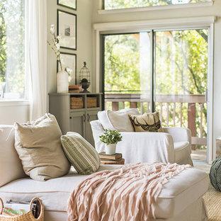 Inspiration för ett stort lantligt allrum med öppen planlösning, med grå väggar, ljust trägolv, en standard öppen spis, en spiselkrans i sten och grått golv