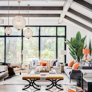 Idee per un grande soggiorno country aperto con pareti bianche, parquet chiaro, pavimento beige, nessun camino e nessuna TV