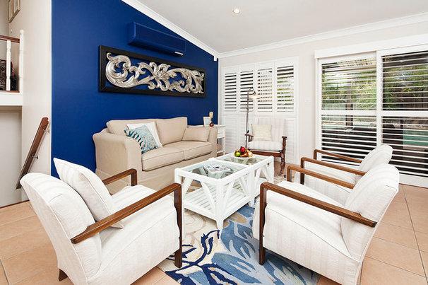 Traditional Living Room by Showhomes Australia