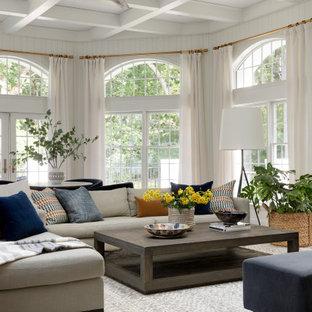 ミネアポリスの広いトランジショナルスタイルのおしゃれなリビング (白い壁、無垢フローリング、壁掛け型テレビ、茶色い床) の写真