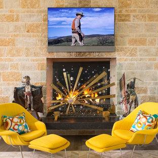ダラスの巨大なミッドセンチュリースタイルのおしゃれなLDK (フォーマル、ベージュの壁、磁器タイルの床、両方向型暖炉、石材の暖炉まわり、壁掛け型テレビ、茶色い床) の写真