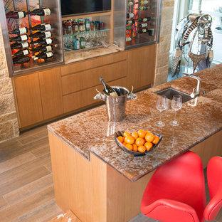 Foto di un ampio soggiorno moderno aperto con angolo bar, pareti beige, pavimento in gres porcellanato, camino bifacciale, cornice del camino in pietra e TV a parete