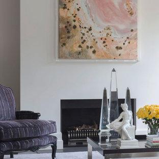 Idee per un ampio soggiorno design aperto con sala formale, pareti bianche, moquette, camino classico, cornice del camino in intonaco, TV nascosta e pavimento rosa
