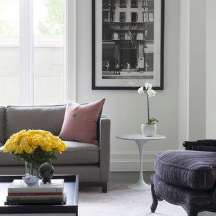 Идея дизайна: огромная парадная, открытая гостиная комната в современном стиле с белыми стенами, ковровым покрытием, стандартным камином, фасадом камина из штукатурки, скрытым ТВ и розовым полом